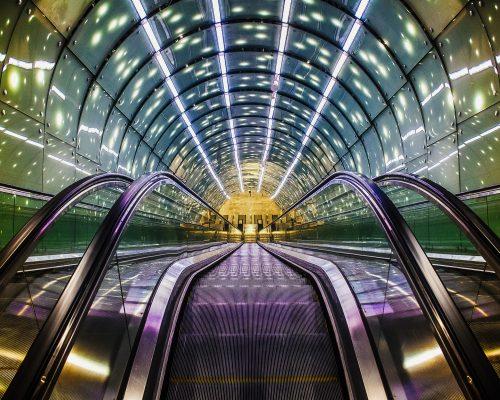 Rolltreppe illuminiert als Symbol für die Digitale Transformation